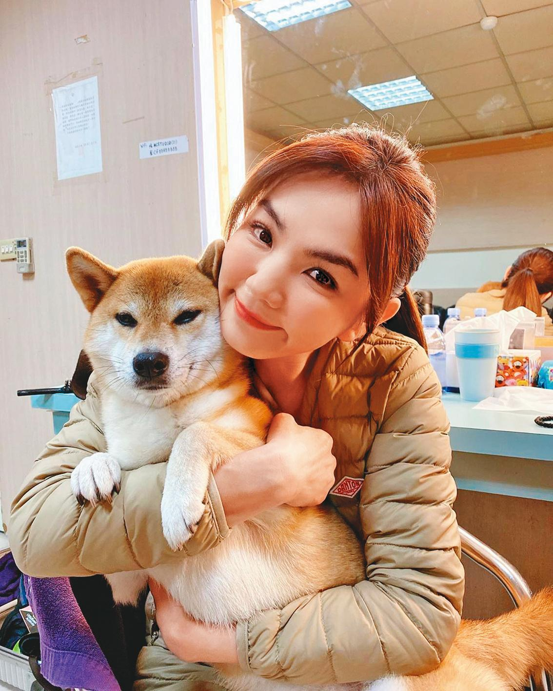 Ella因為愛犬布丁在家隨處大小便,與老公找上「熊爸」訓練,改善壞習慣。(翻攝自陳嘉樺Ella臉書)