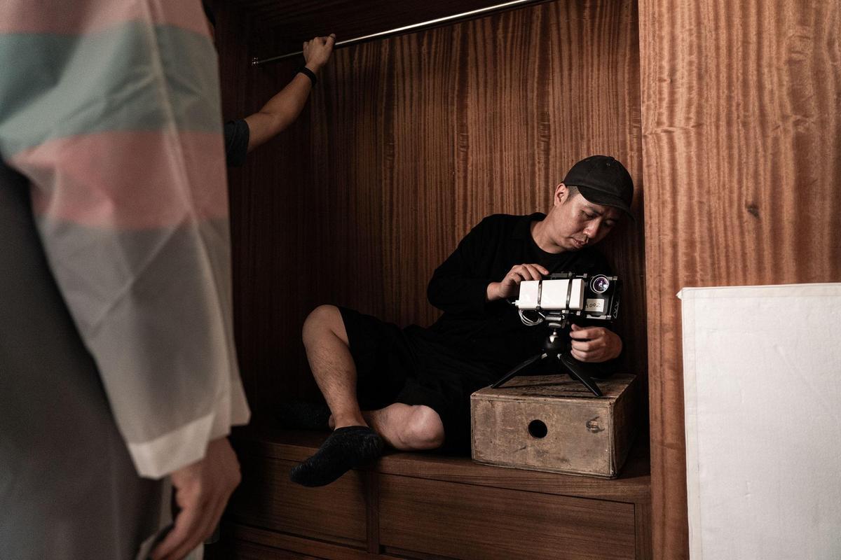 由於iPhone機身小,所以在拍攝上不需拆掉櫃子背板,也可以拍攝衣櫃由內而外的場景。(牽猴子提供)