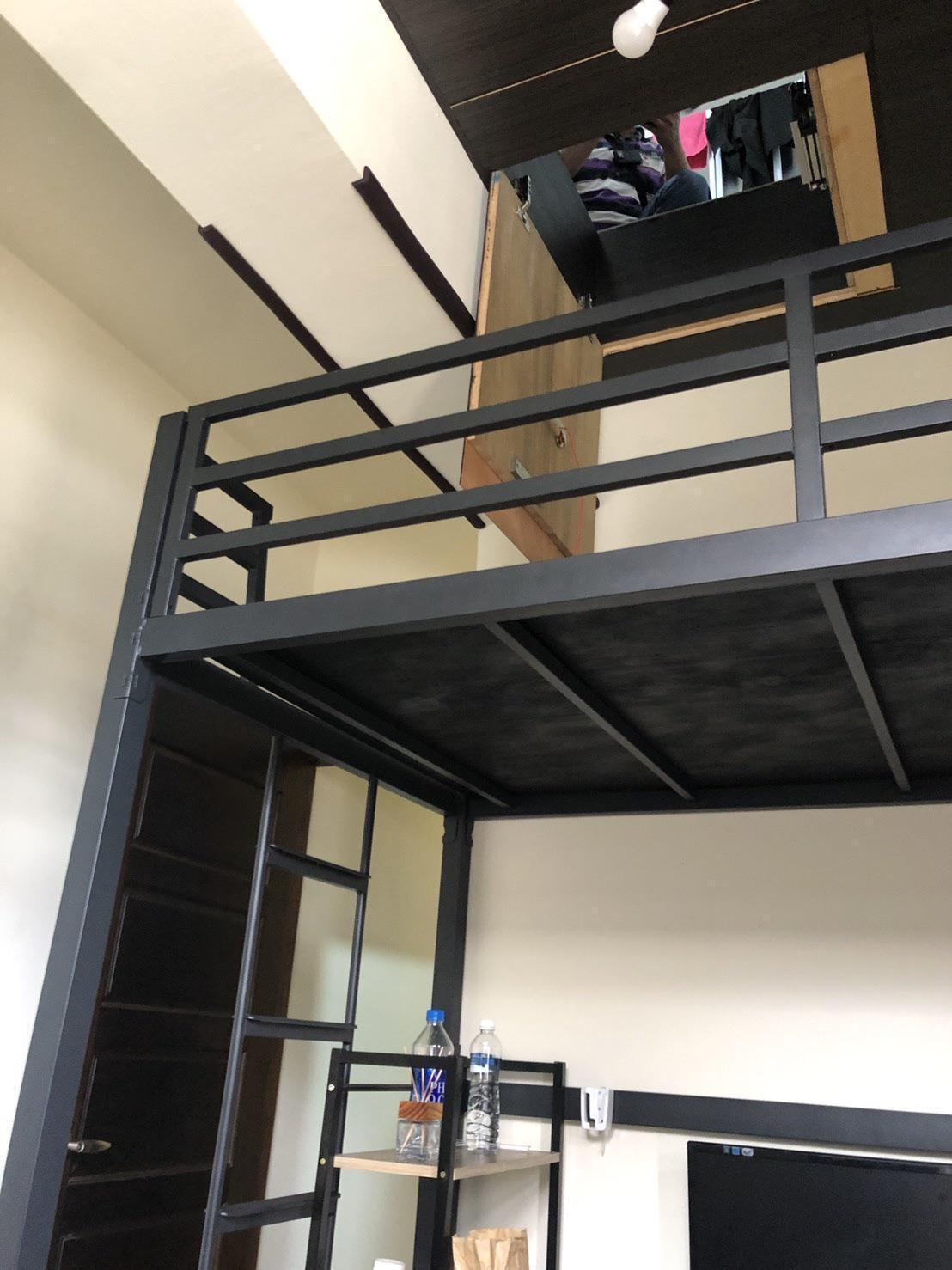囚禁少女的天花板夾層密室,必須從雙層床鋪的上舖進入,羅嫌稱是為了躲避坐牢而蓋的。(翻攝畫面)