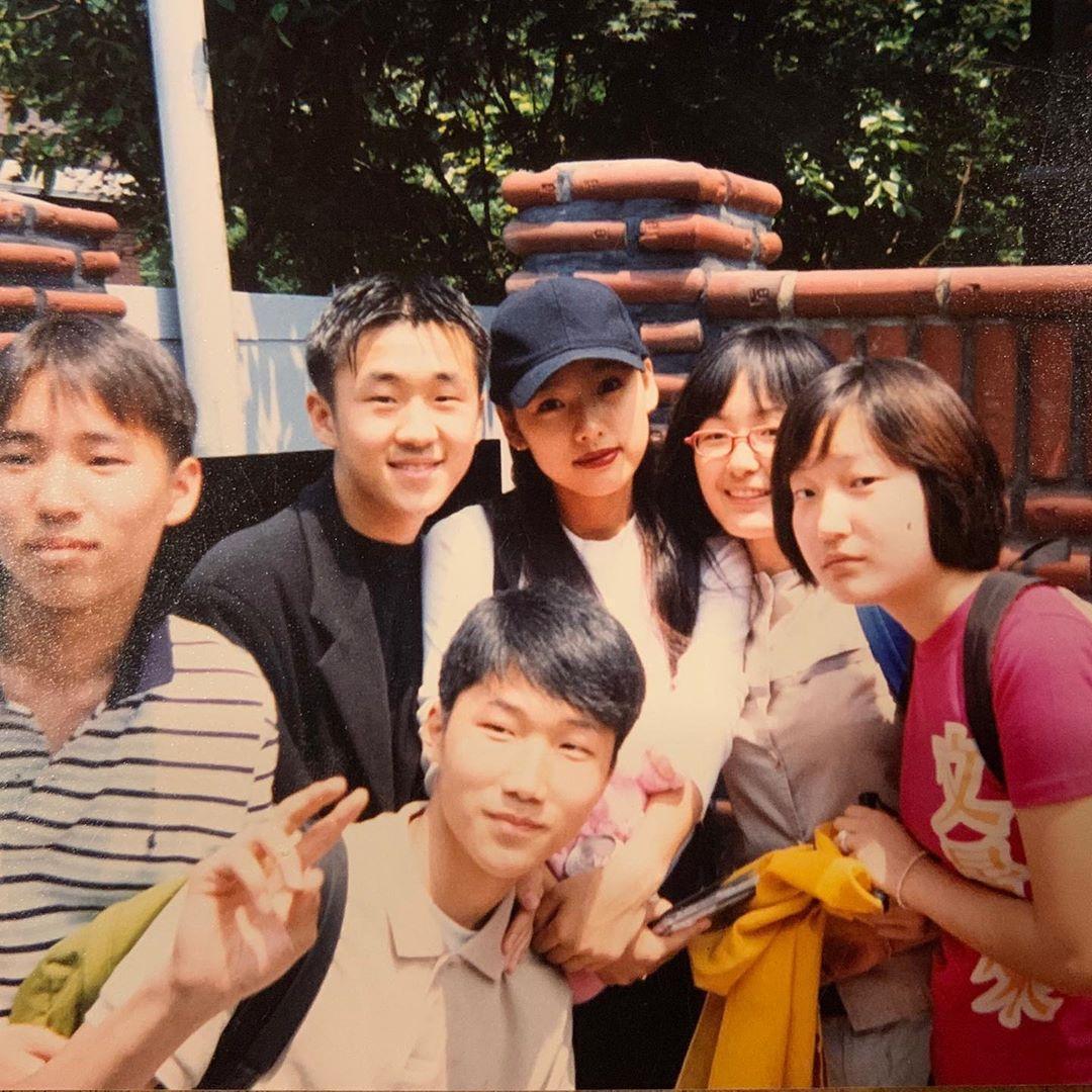 李孝利擁有死忠粉絲,日前貼出20年前與粉絲的合照,感嘆時光飛逝。(翻攝李孝利IG)