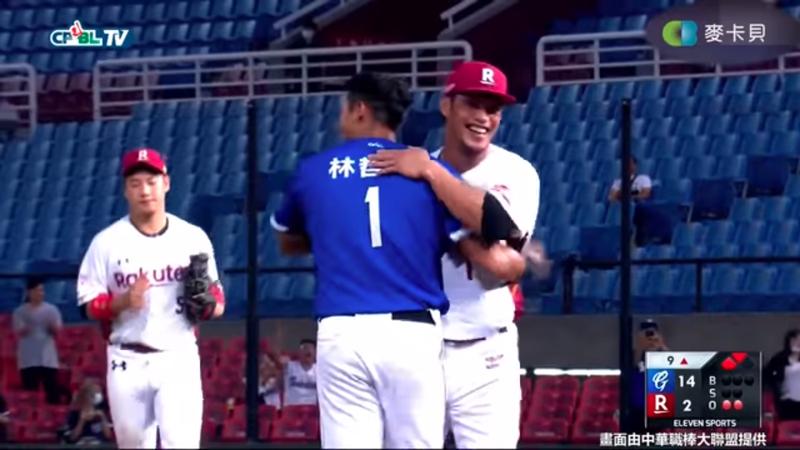 陽耀勳(右)安全下庄後跟林哲瑄(左)擁抱。(翻攝自麥卡貝運動頻道YouTube頻道)