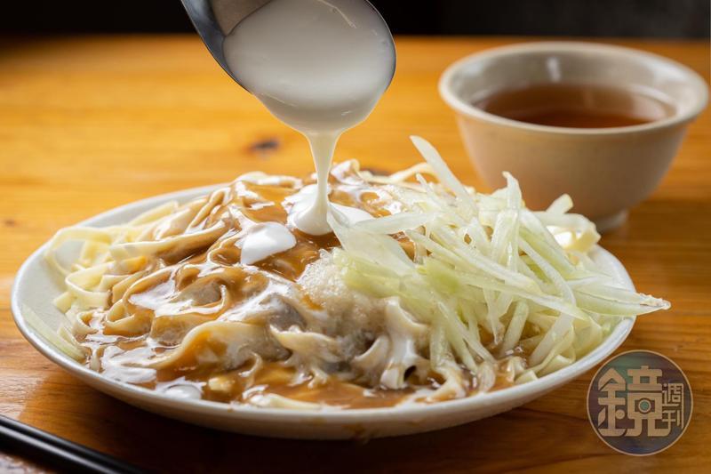 「涼麵」淋上以白雪牌白醋,加進秘密配方特調的美乃滋醬,是黃記的獨門美味。(35元/小份)