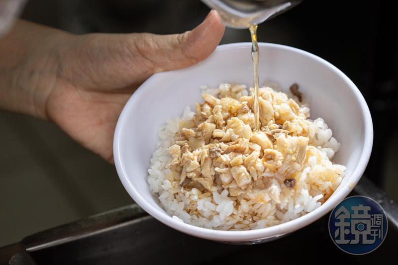 「火雞肉飯」鋪上手工現剁成丁狀或條狀的帶皮、胸肉,淋上混合豬油的火雞油,噴香油潤。(25元/小碗)