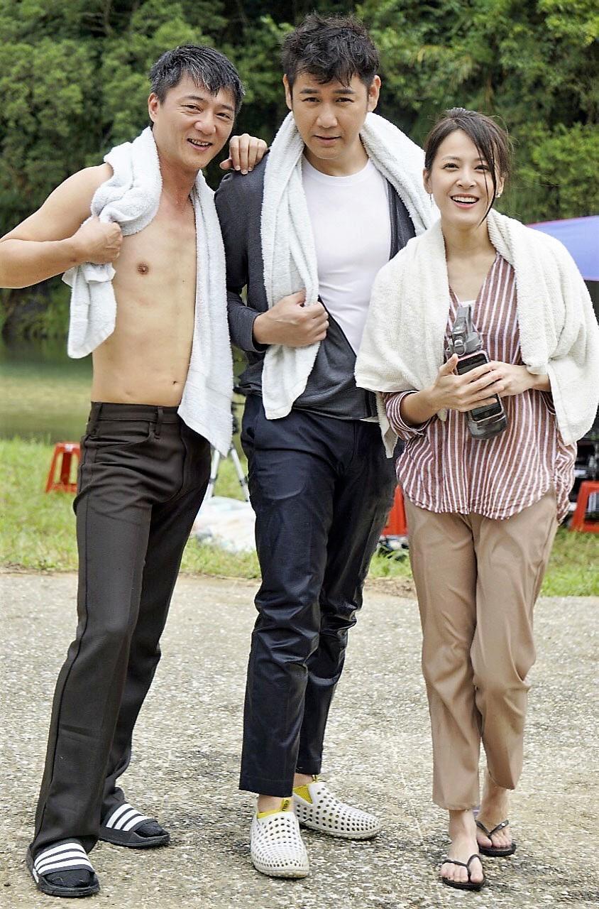 (左起)藍葦華、陳熙峰、蘇晏霈開心為戲到溪邊拍戲。(民視提供)