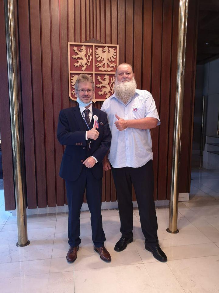 隨捷克參議院議長韋德齊(左)訪台的參議員艾斯尼班納蘭(右)風格嗆辣。(翻攝自Lumír Aschenbrenner臉書)