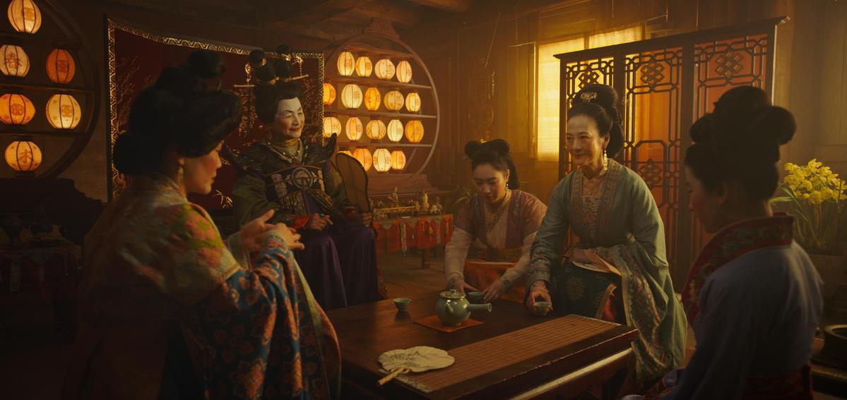 《花木蘭》參考許多華人文化元素,不過劉亦菲與鄭佩佩等人的妝容一曝光卻令不少觀眾失笑。(迪士尼提供)