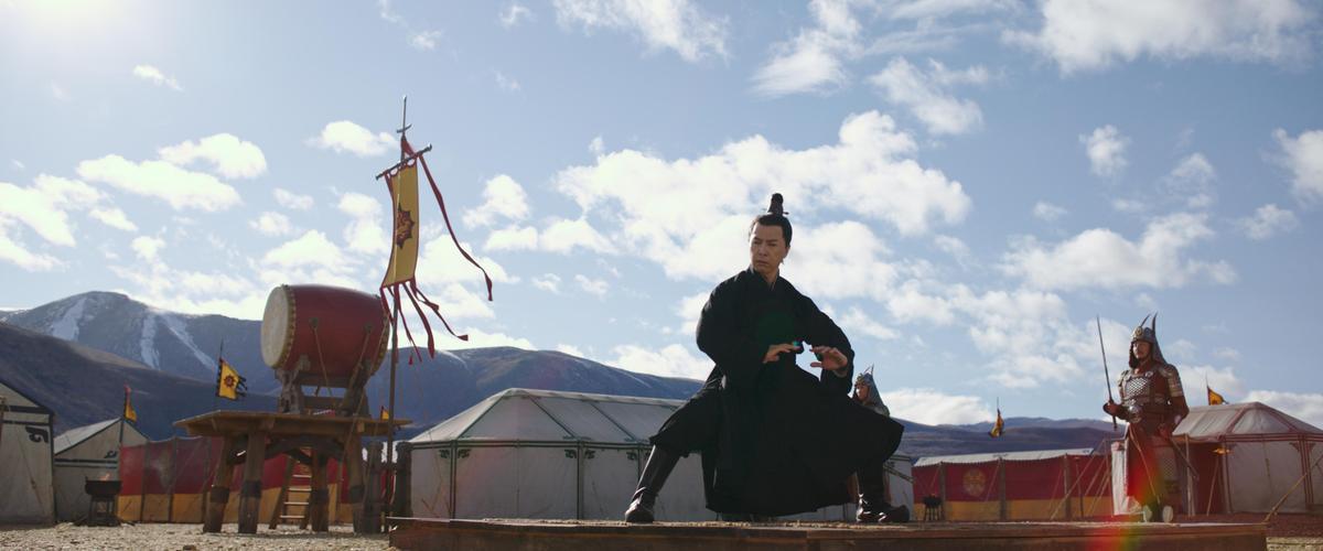 甄子丹在片中飾演木蘭的導師,一展他俐落身手。(迪士尼提供)