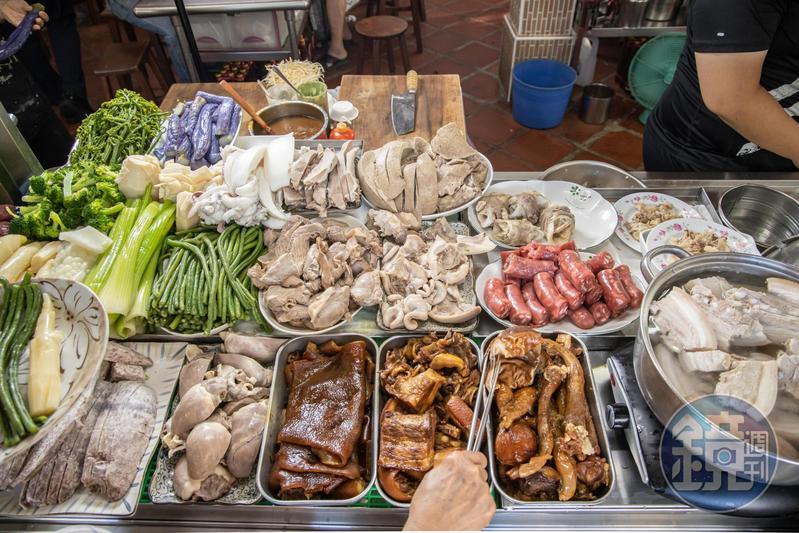 雖然是老攤,菜檯上魯熟肉、蔬菜互為配色,擺放地一絲不紊。