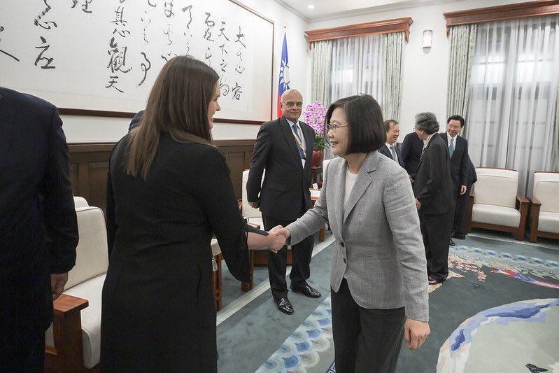 2019年10月,卸下發言人職務的桑德斯(左)來台參加論壇,與總統蔡英文(右)見面。(翻攝自Twitter/SarahHuckabee)