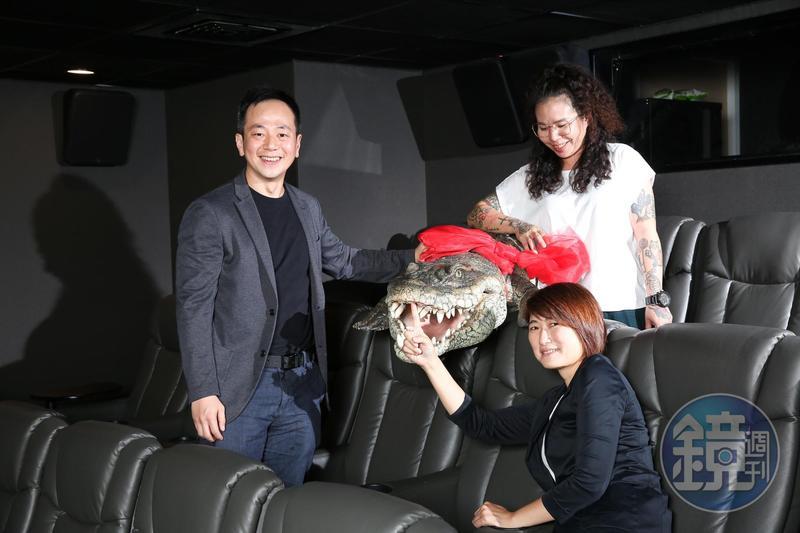車庫娛樂創辦人張心望(左)帶領公司成為韓國「泛亞太內容基金」成員,也確定將投資油丁長鈺(右前)和黃小芬(右後)擔任製片的國片《時失兩公里》。
