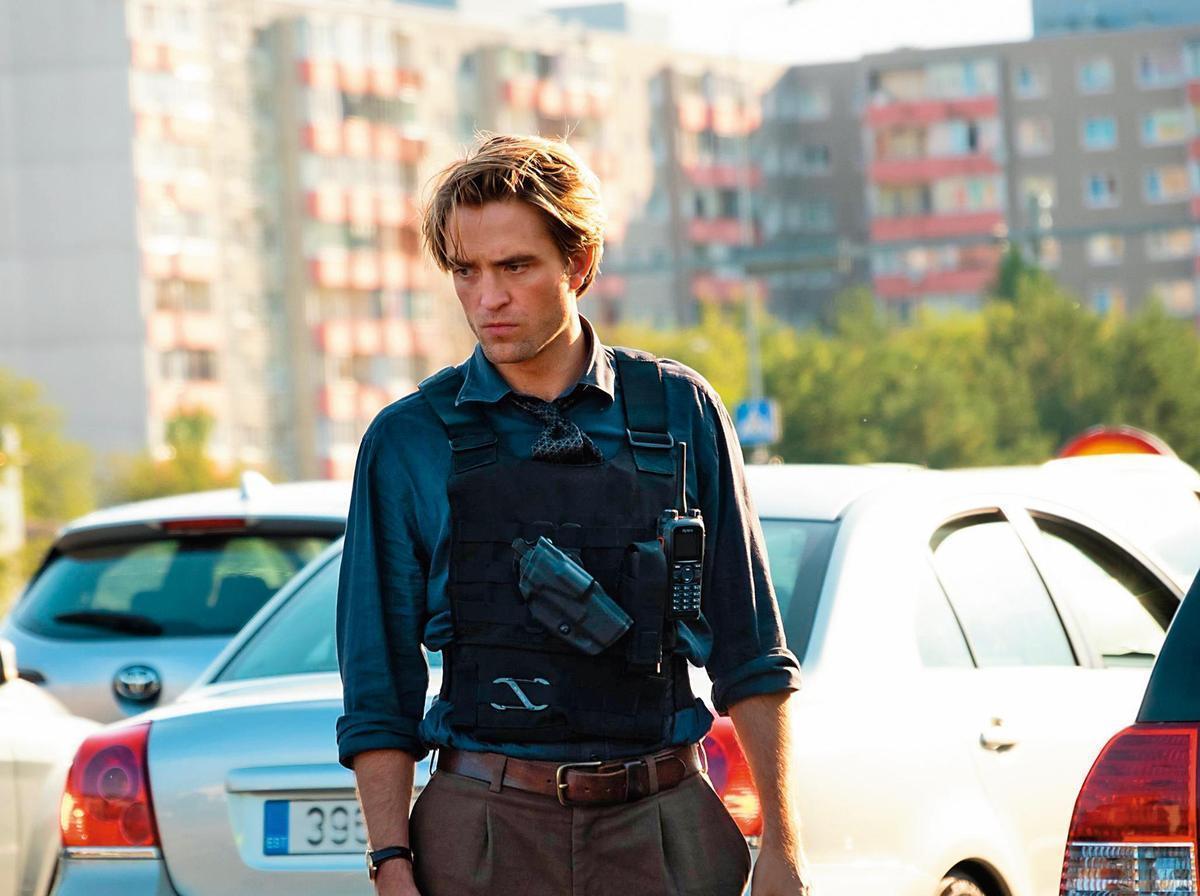 在近期上映的《天能》中,羅伯派汀森擺脫了「暮光男」形象,在片中展現高超的開車特技。(翻攝自華納兄弟台灣粉絲俱樂部臉書)