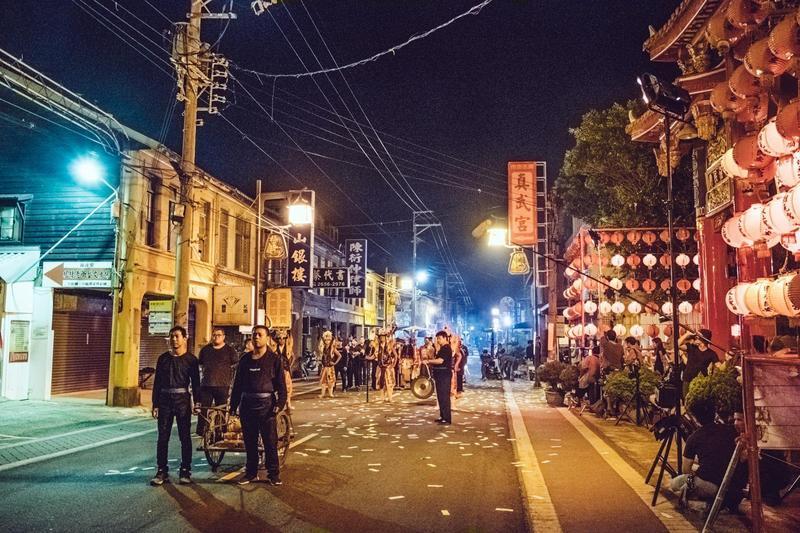 「送肉粽」儀式的主軸仍是全片不可缺乏的重頭戲,場面也更大,還特別在台中梧棲封街拍攝。(華影國際提供)