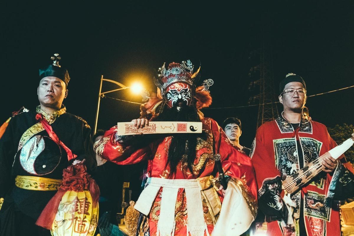 金馬影帝李康生(中)飾演扮鍾馗的法師,電影宗教顧問龍哥(左一)拍片時全程在現場。  (華影國際提供)