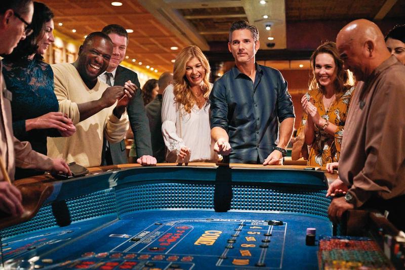 艾瑞克巴納(右三)集渣男、騙子和恐怖情人於一身演出的《髒鬼約翰》,頗為警世,右四為演出善良白目女主角入圍金球獎的康妮布理頓。(翻攝自Netflix)