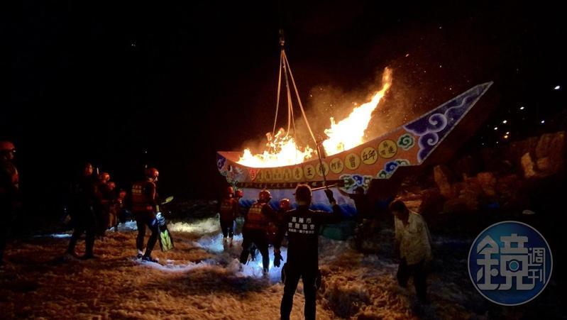 雞籠中元的「放水燈」,今年用一艘大船載起水燈,吸引非常多人觀看。