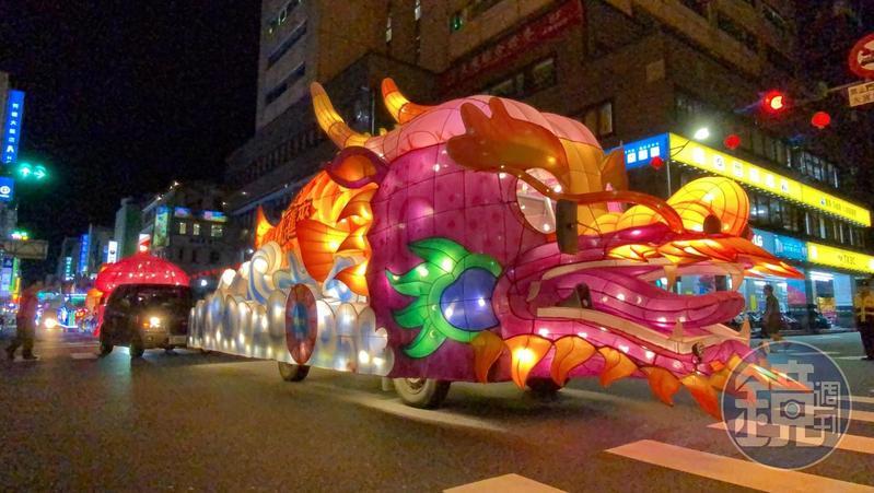 水燈車在基隆市區遊行中。