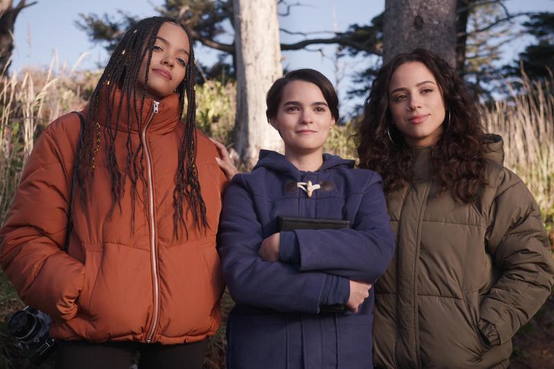 塔比莎(左起)、艾洛蒂、莫伊因為都有「偷竊」「順手牽羊」的癖好,從原本不認識不講話的同校同學,慢慢發展出友誼。(Netflix提供)