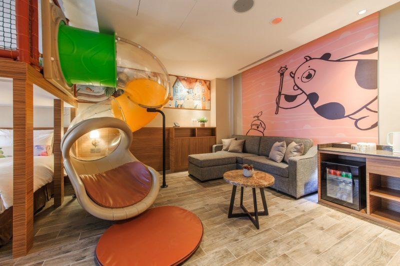 該酒店極為豪奢,宛如歐風度假小鎮,連親子別墅都有室內溜滑梯。(翻攝自酒店官網)