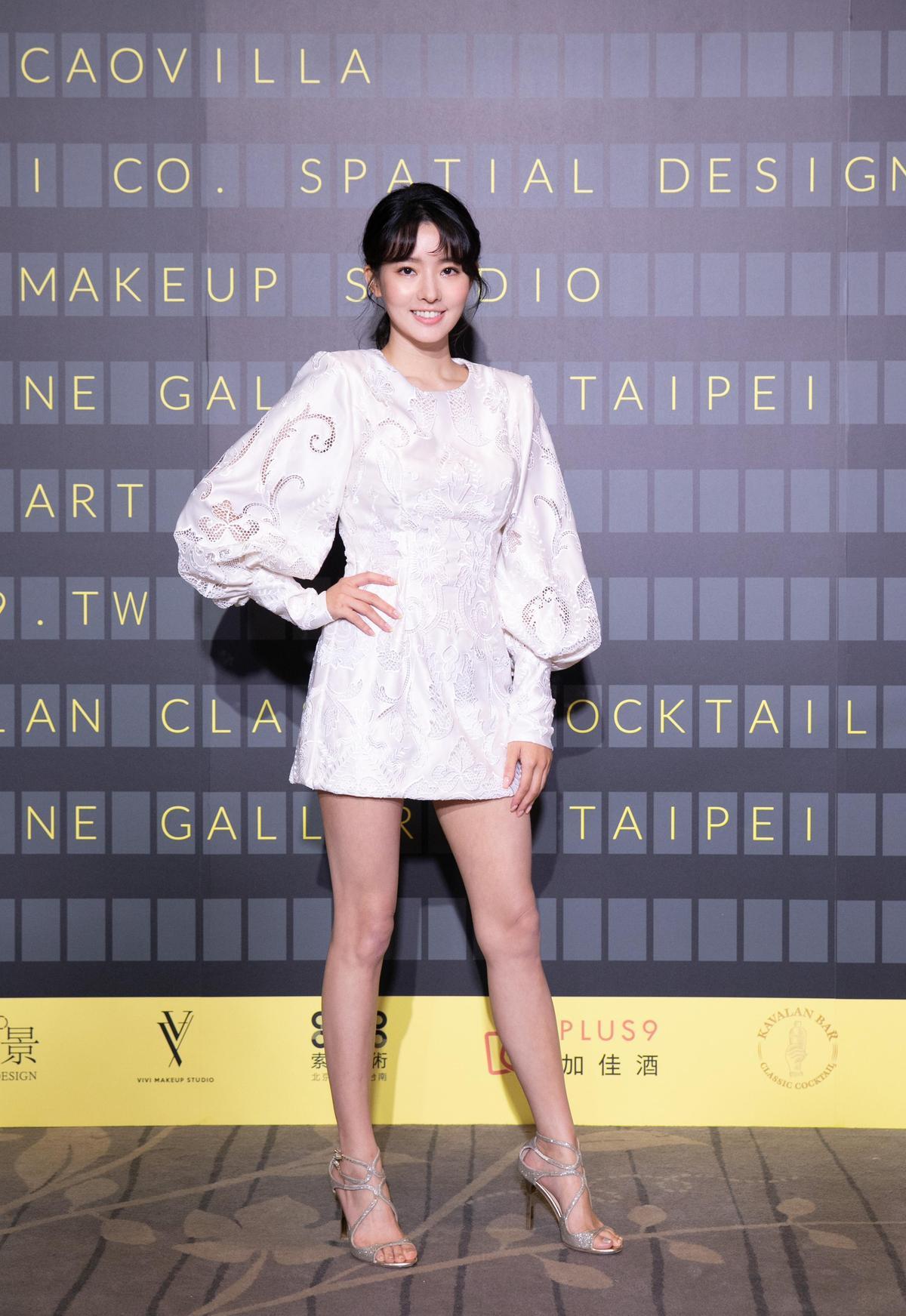 吳克群女友陳語安穿著刺繡鏤空雕花白緞短禮服,讚美服裝讓自己有氣場。(JASMINE GALLERIA提供)