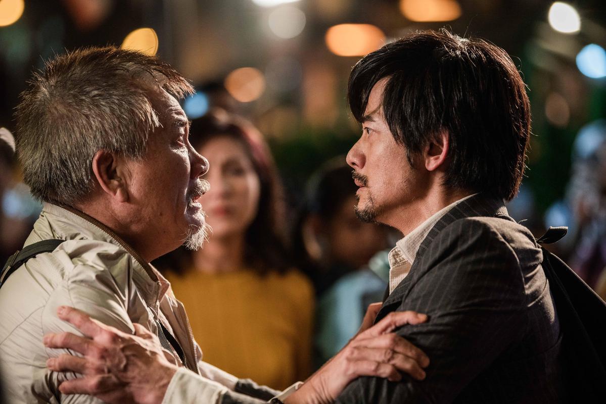 《麥路人》描繪郭富城(右)、萬梓良(左)等香港遊民,每晚來到24小時速食店過夜的故事。(華映娛樂提供)