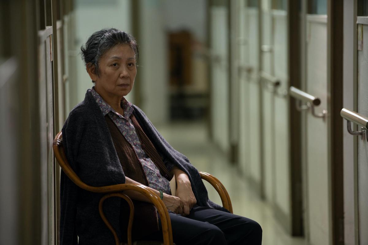 時隔8年,鮑起靜再演郭富城的媽媽,病榻上思念兒子模樣,逼出觀眾眼淚。(華映娛樂提供)