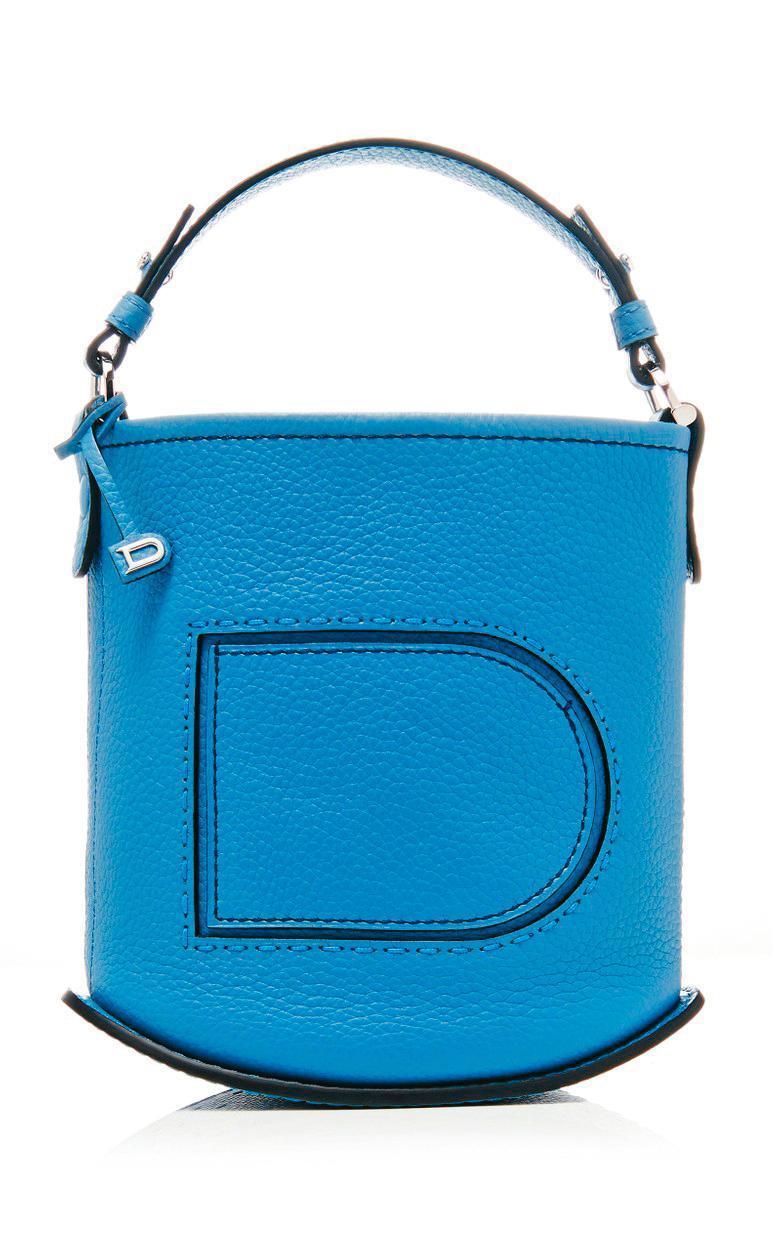 Pin系列牛仔藍迷你水桶包。NT$67,300(美之心提供)