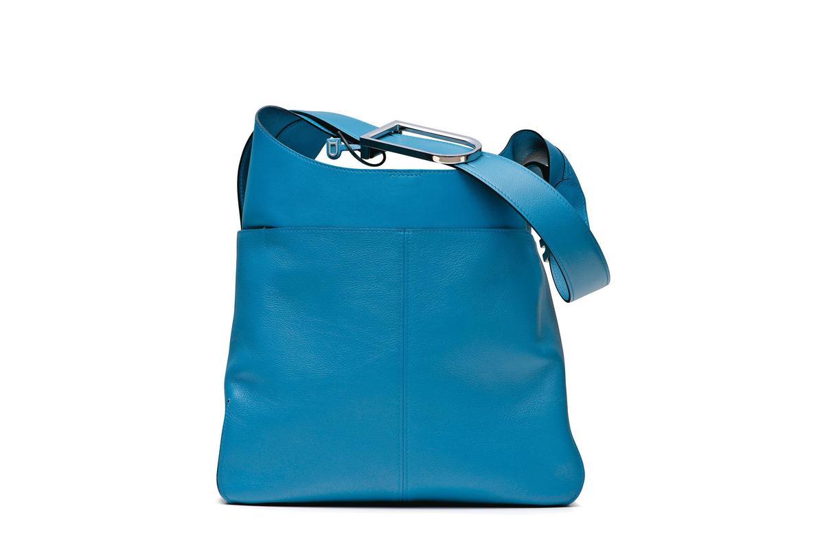 So Cool系列牛仔藍拼接牛皮肩背包。NT$121,900。(美之心提供)