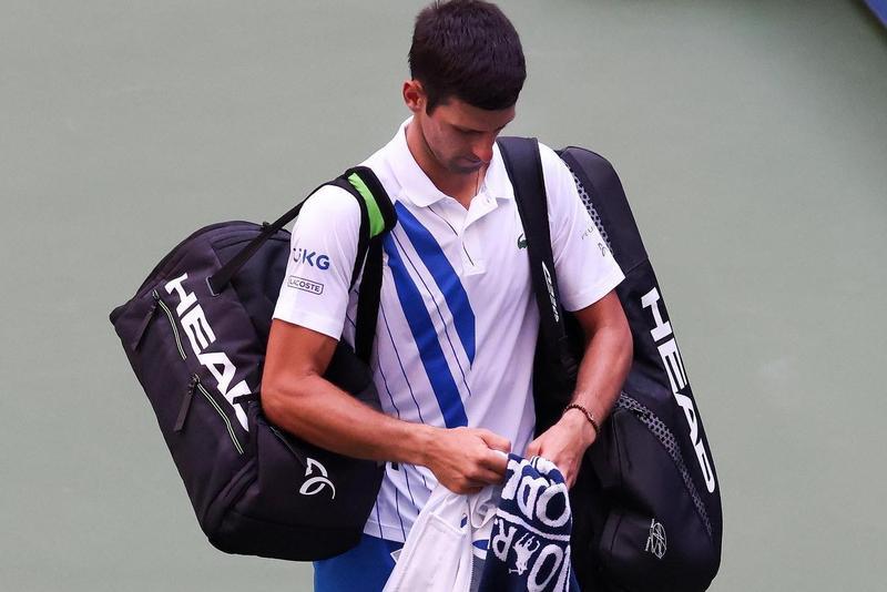 喬科維奇美網男單16強賽中,隨手將球打向後方場地打中線審裁判,被主審因違反運動道德犯規,判定取消比賽資格。(翻攝自Novak Djokovic臉書)