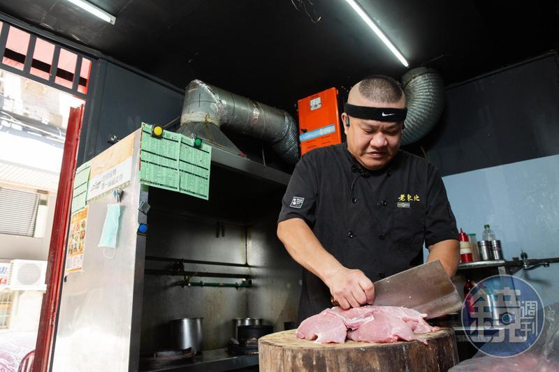 來自中國延吉的楊波不甘台灣人將東北菜與酸白菜鍋劃上等號,他端出近百道家鄉菜證明東北菜滋味百變。