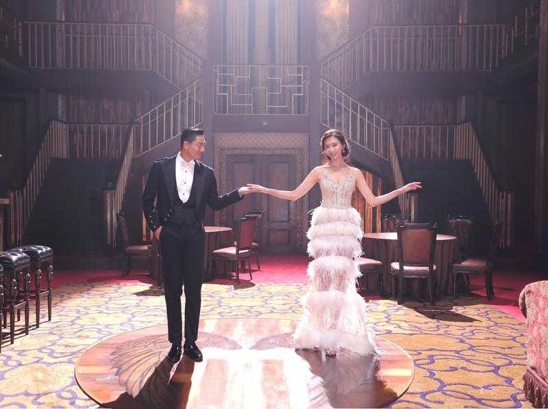 林志玲(右)推出2021年慈善月曆,找來老公AKIRA一起入鏡。(志玲姊姊慈善基金會提供)
