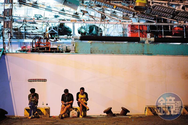 台灣多數大型遠洋漁船停靠高雄前鎮、小港,我們為採訪漁工多次前往港邊,6、7月時逢鮪延繩釣船及魷魚船回港旺季,港邊四處可見漁工身影。(示意畫面,圖非大旺號當事漁工)