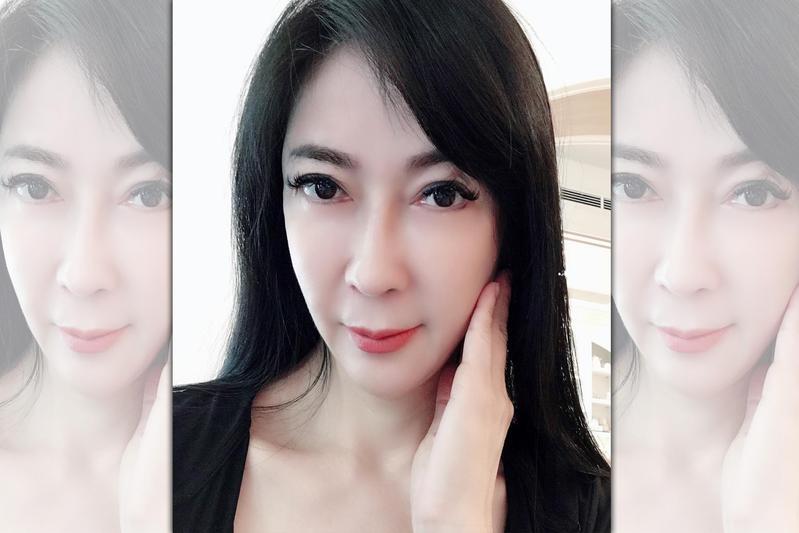 「整形女王」顧婕2012年嫁給身價10億內衣大王吳先生,曾一度淡出螢光幕當豪門貴婦,如今離婚後轉做直銷卻被好友出賣,讓她感到很丟臉。(翻攝自顧婕臉書)