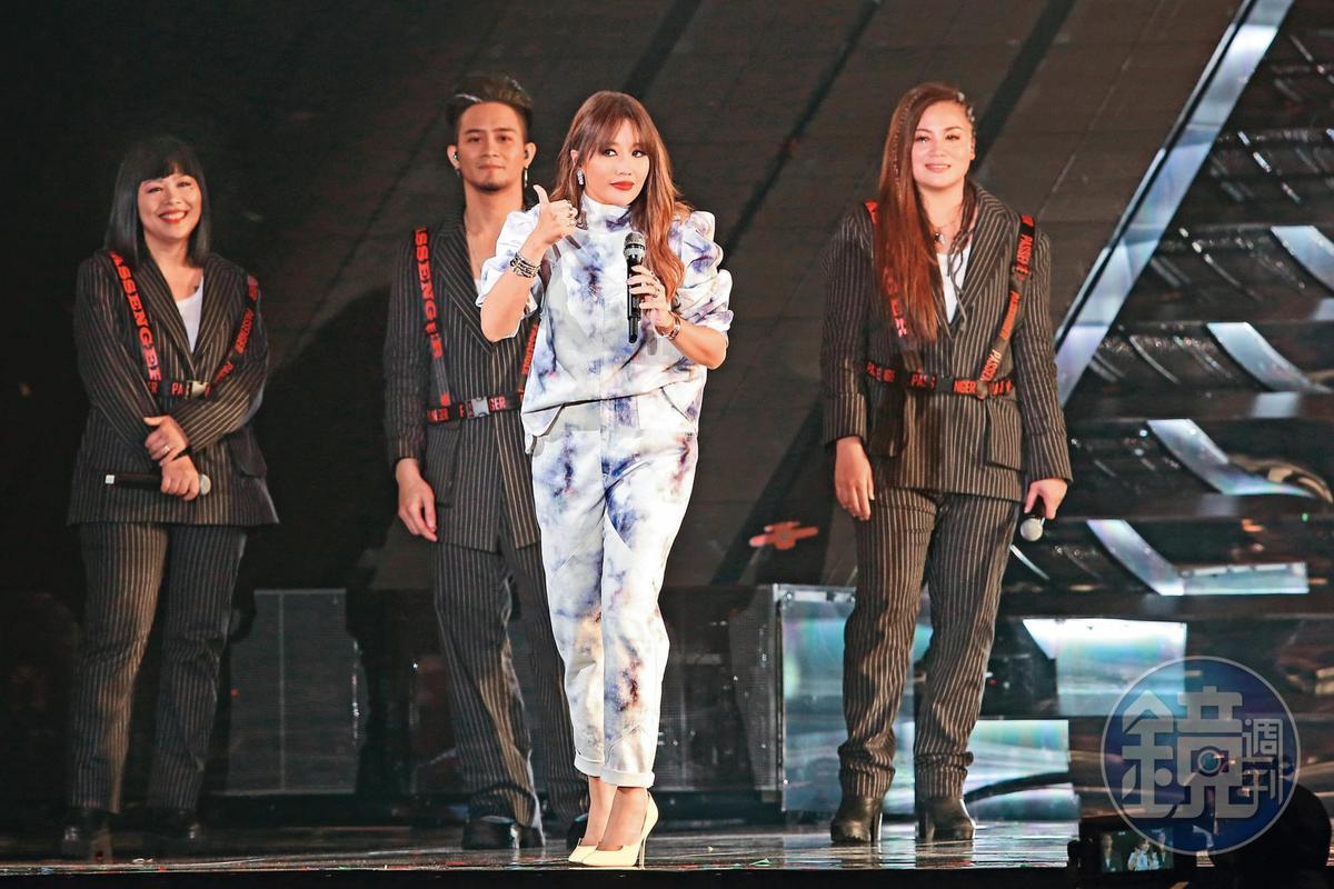 吳秉洛擔任A-Lin演唱會的和聲,邊看邊學,期許有一天能有自己的演出。(翻攝自A-Lin920臉書)