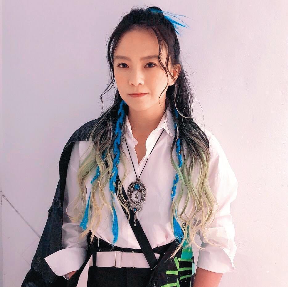 張芸京在友人鼓勵下,考取了街頭藝人執照,認為在街上唱歌也能帶給聽眾感動。(翻攝自張芸京臉書)