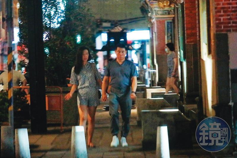08/07  20 : 27 新北市消防局科長程昌興(右)與小三A女(左)十指緊扣,在保安宮附近散步。