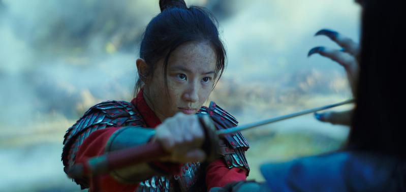 劉亦菲早前曾發表挺港警言論,遭到不少網友抵制,但《花木蘭》上映首週全台仍寫下近3400萬票房。(迪士尼提供)