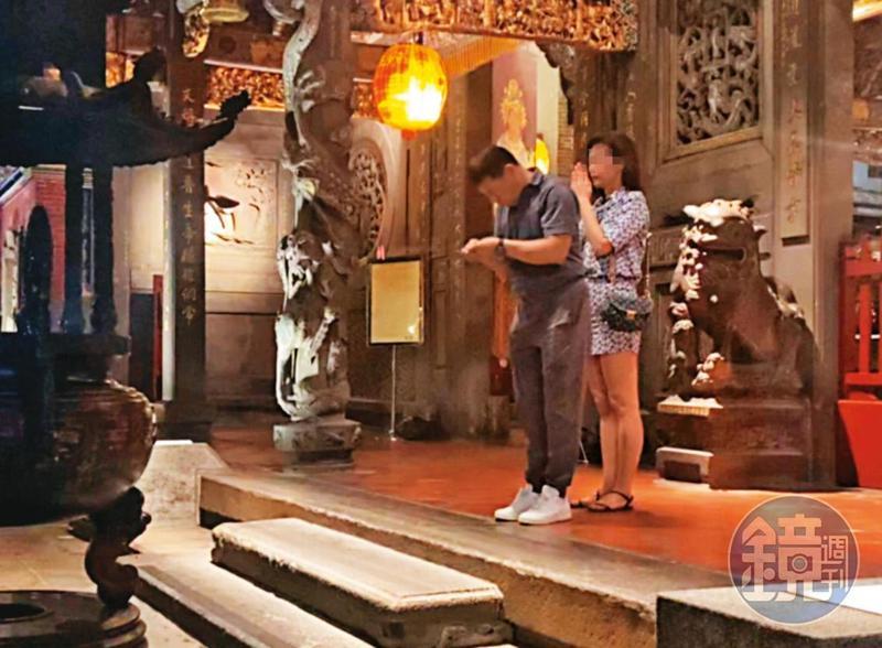 08/07  20 : 08 程昌興(左)與A女(右)有共同信仰,經常一起到台北市大龍峒的保安宮參拜。