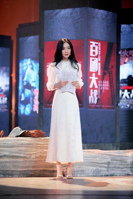 楊冪於《海報裏的英雄》中,穿上白色的GIUSEPPE ZANOTTI最新2020秋冬鞋款,搭配白色洋裝十分優雅。(GIUSEPPE ZANOTTI提供)