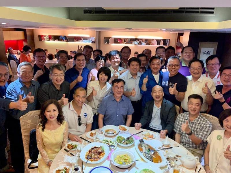 韓國瑜昨日未出席全代會,而是與前高雄市府團隊聚餐。(翻攝自桓榮。乎你繁榮臉書)