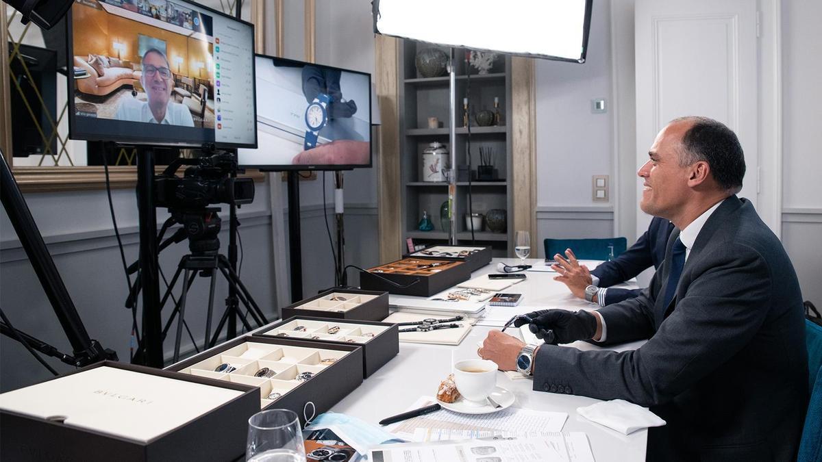 寶格麗腕錶事業部董事總經理Antoine Pin(圖右),在Geneva Watch Days開展當天接受媒體視訊訪問的畫面,是受疫情影響之下的特殊發表形式,Antoine受訪時也笑稱這是視訊版BASELWORLD的特別體驗。