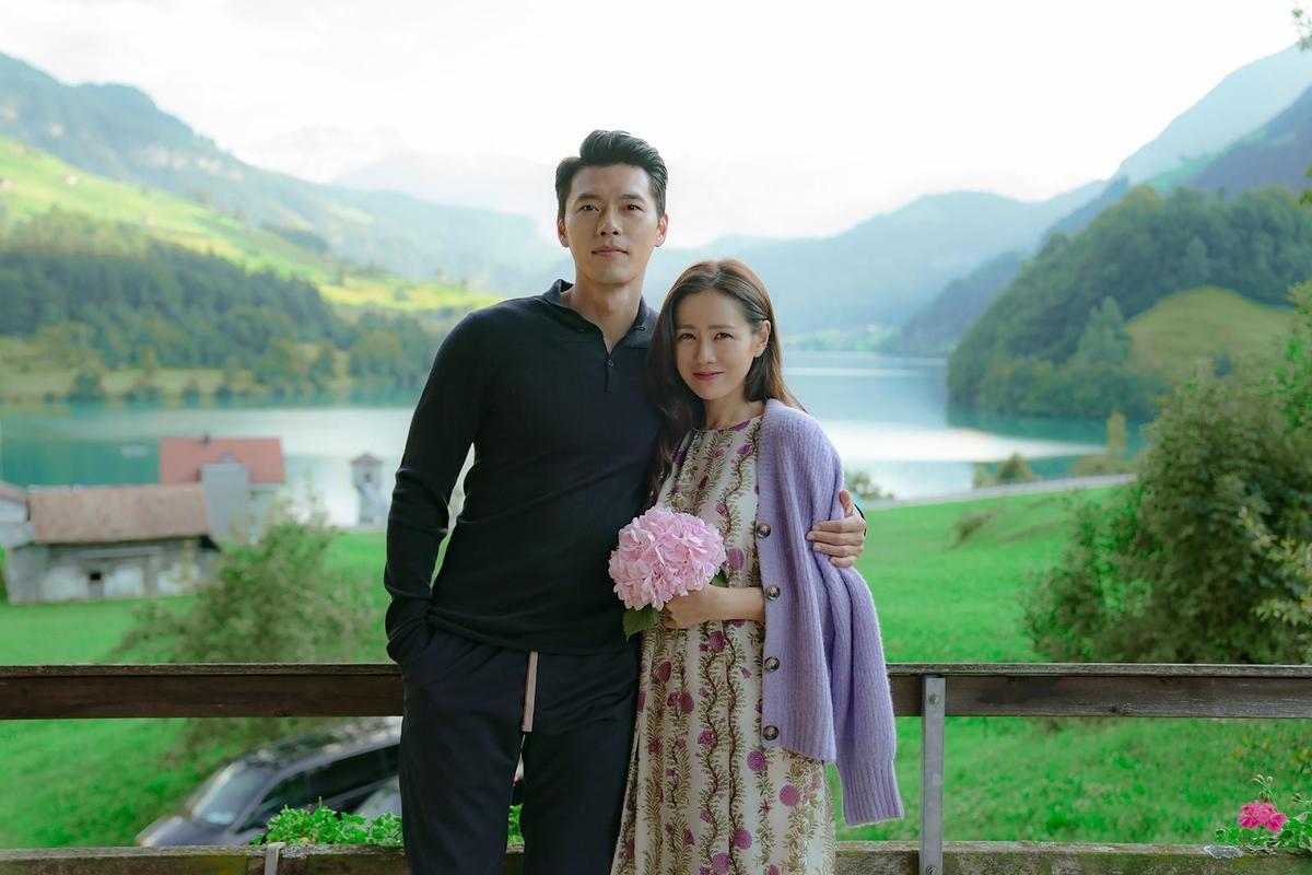 《愛的迫降》播畢後劇組釋出玄彬(左)與孫藝真甜蜜合照,是劇中沒有出現過的造型。(Netflix提供)