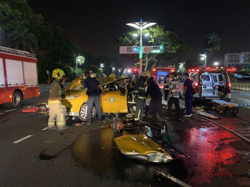 計程車遭肇事汽車猛烈撞擊,車體嚴重變形。(翻攝畫面)