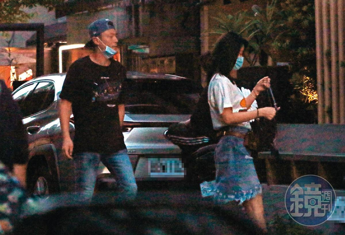 8/30 18:14 林心如與霍建華往一間獲得米其林認證的日式料理餐廳走去。