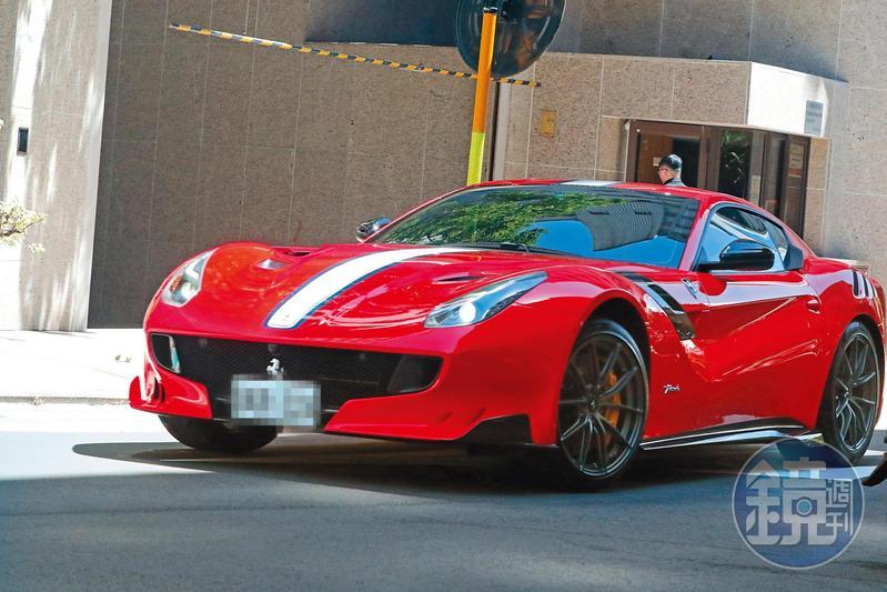 8/30 13:11 本刊直擊,霍建華開了一輛還沒亮過相的法拉利出門蹓躂,據查該車要價將近新台幣4千萬元。