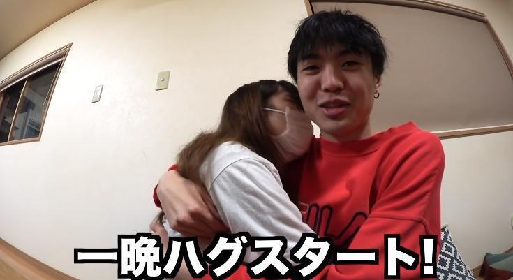 桐崎栄二與妹妹親密擁抱。(攝自YouTube「桐崎栄二.きりざきえいじ」)