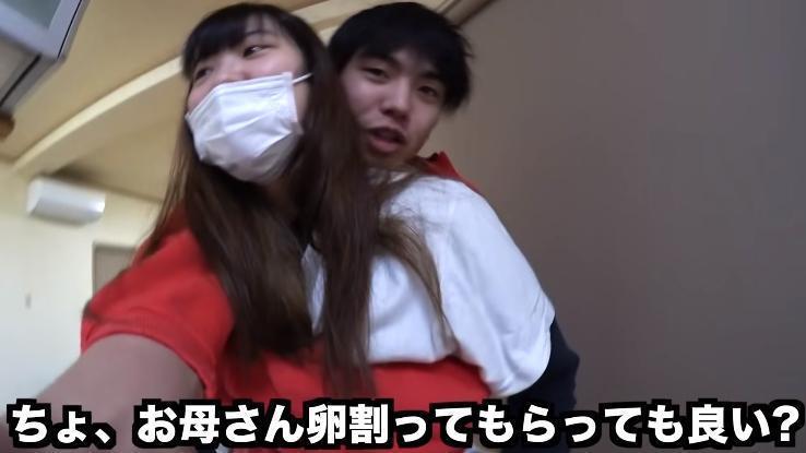 桐崎栄二雄抱親妹一天。(攝自YouTube「桐崎栄二.きりざきえいじ」)