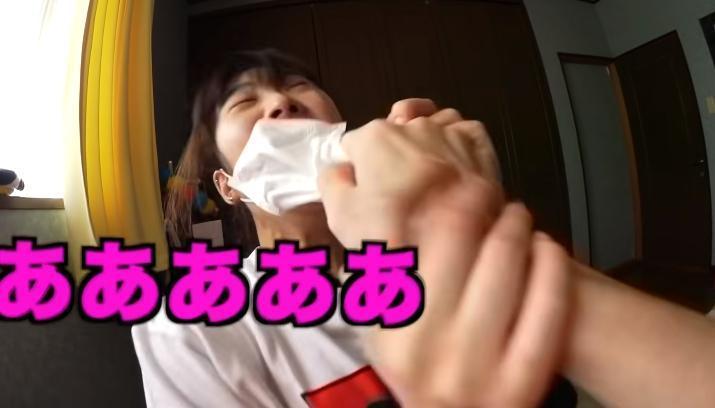桐崎栄二挖鼻屎塞入妹妹嘴裡。(攝自YouTube「桐崎栄二.きりざきえいじ」)