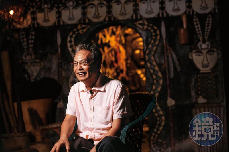 徐超斌在老家隔壁的祖靈屋前受訪。常把「上帝」掛嘴邊的他,卻說自己「有信仰、沒宗教」,正如他台北醫學大學的學姐李靜蘭說的,「他是不在乎繁文縟節的人。」