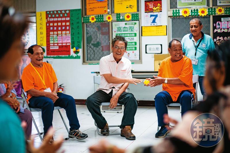 徐超斌(中)拜訪文健站,與老人們進行團康,身體不便的他仍努力融入傳球競賽。會後他送每人一包禮物,問他是什麼?他開玩笑說:「3年份保險套。」