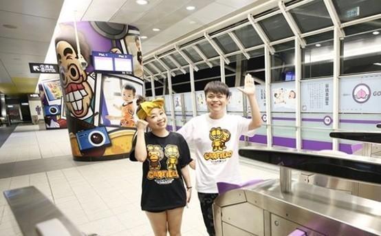 蔡阿嘎幫兒子蔡桃貴慶祝生日,包下桃園機場捷運A2三重站特展被轟爆。(翻攝自蔡阿嘎臉書)